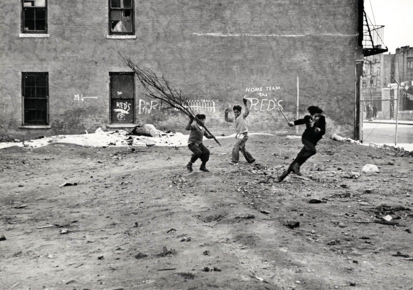 New York City (1940) by Helen Levitt (via   Laurence Miller Gallery  )