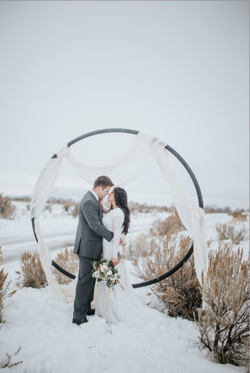 metal-arch-industrial-wedding-trends-look-for-the-light-photo-video
