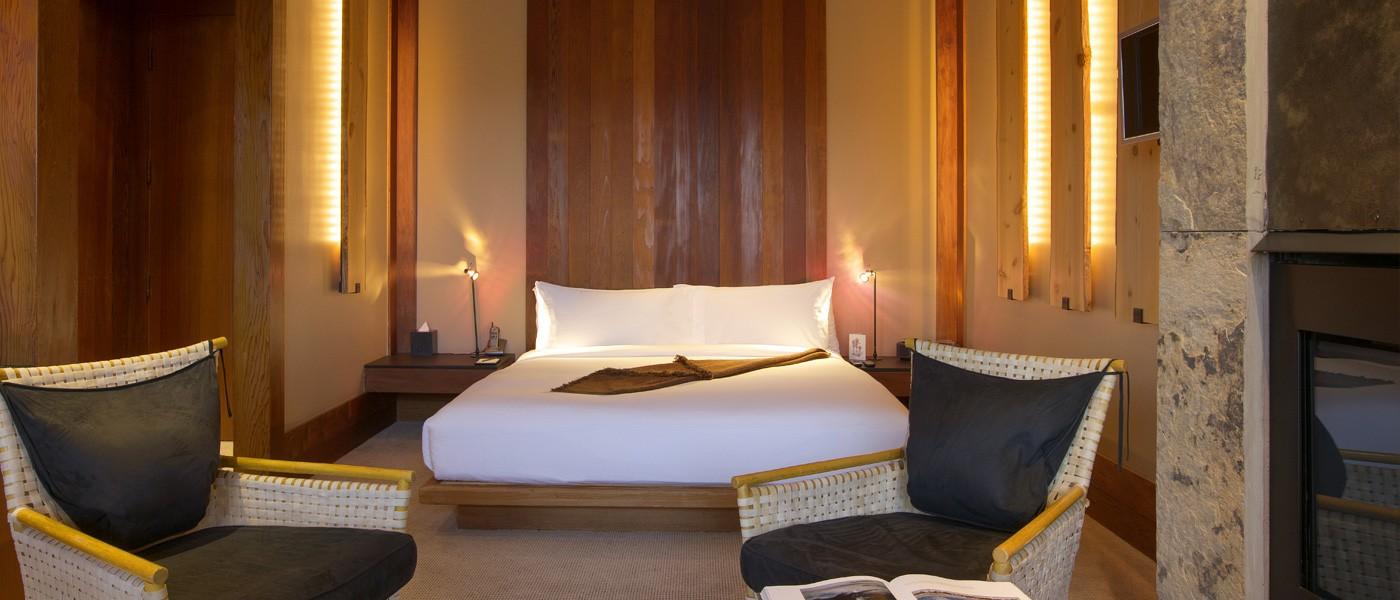 amangani-suite-bedroom-overview-1028.jpg