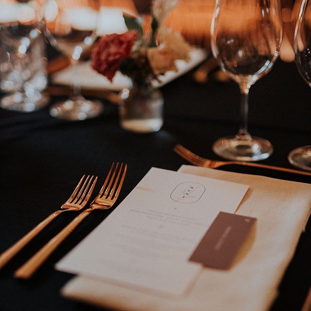 Day-of stationery for C+A last September 🖤 Design by @heramariages // Photo by @aajoly // Rentals: @sofatogo // Flowers @par.anais // venue: @entrepotsdominion // #modernstationery #moody #minimal #weddingstarionery #tablescape #instawedding #heramariages #whitewillowpaperco #moderndesign #graphicdesign #weddingmenu #montrealgraphicdesigner