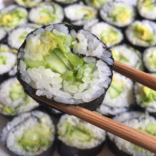 7efe1bfc77b78213080fe2966f28e2cd--sushi-rolls-vegans.jpg