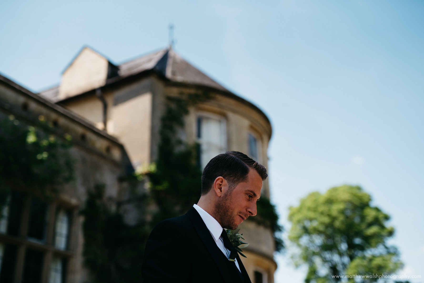Groom with a blue sky and wedding venue