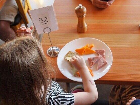 child-eating-881200_640.jpg