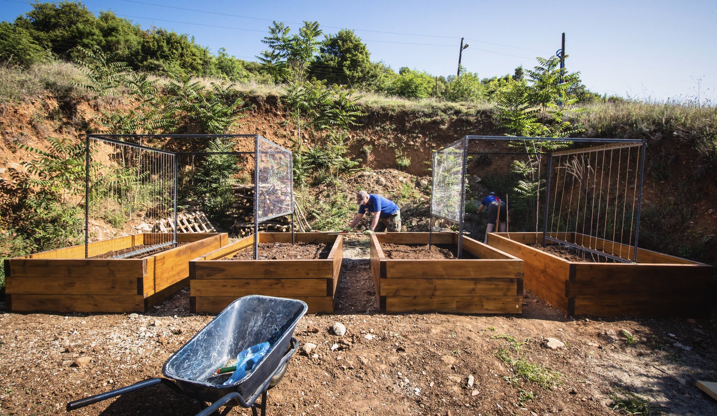 Steve and Simon set to work building frames and a 2 tiered foraging garden for herbs (at the back)