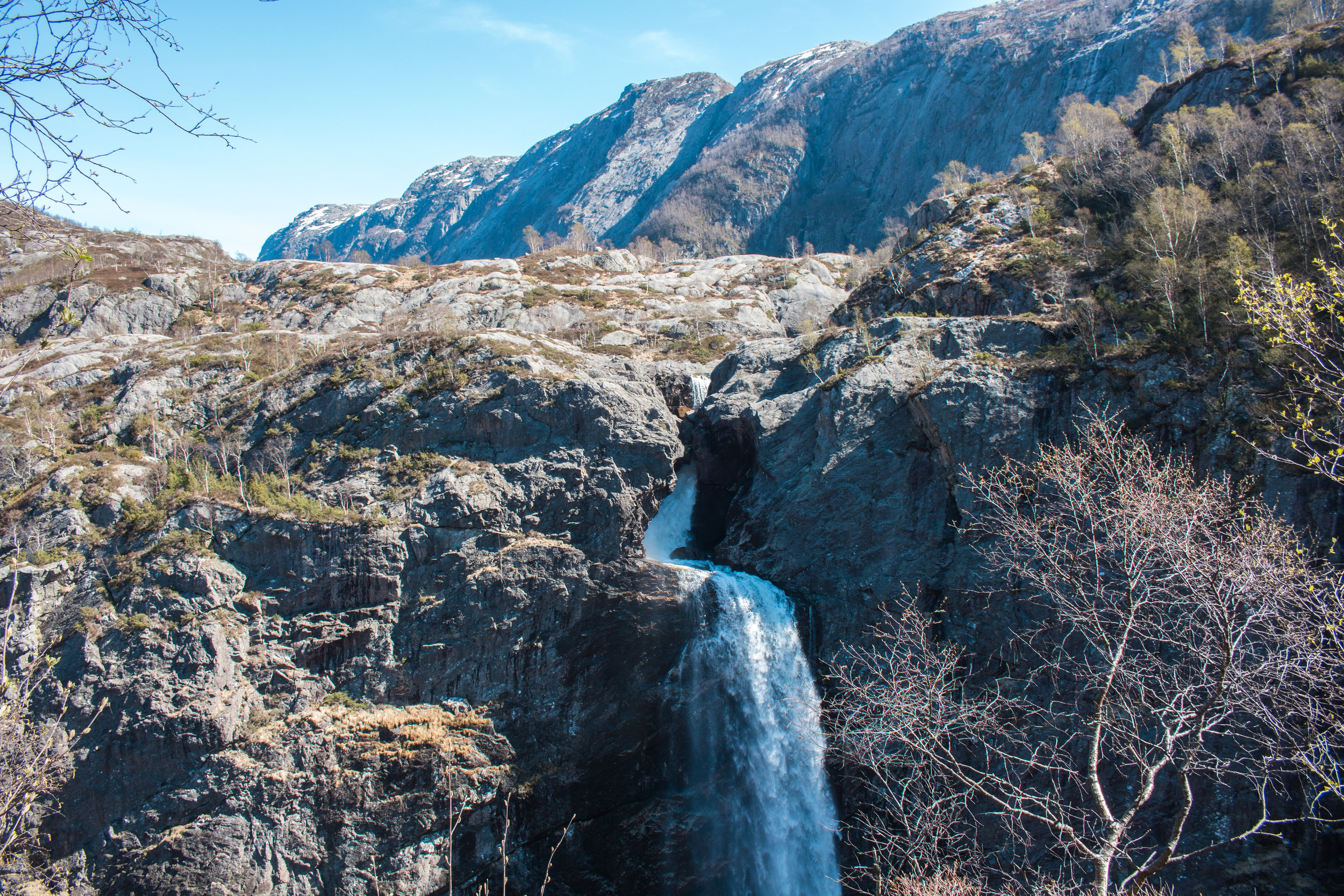 hike to månafossen waterfall