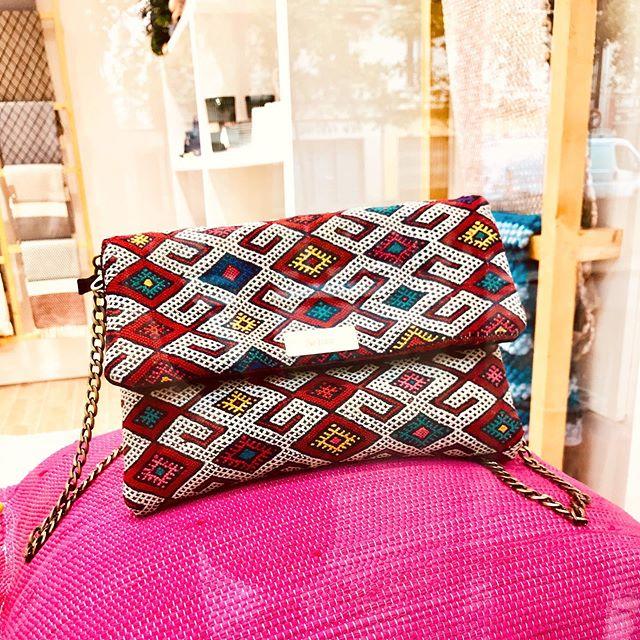 • Notre belle pochette Essifa est disponible chez @lusaluso •  #kariaa #handmade #whomademyclothes #parisienne #paris11 #maroc #mode #tendance #conceptstore #bohostreetstyle #artisanat #modeethique #ethicalfashion #modesolidaire #portugal #kilimclutch #kilimbag #tendance2019 #modeethnique #ethniquechic #ethnicchic