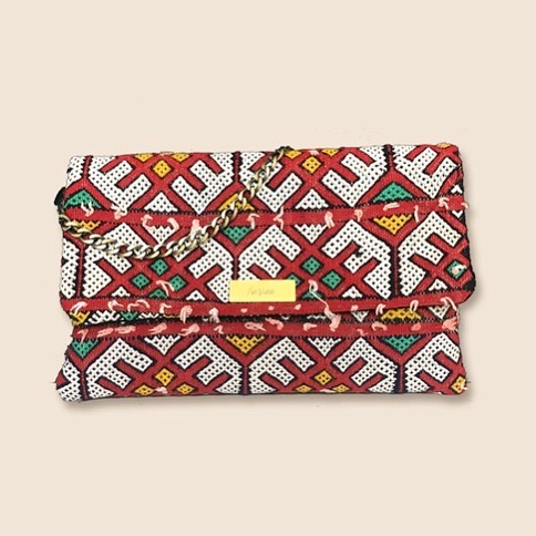 • Pochette Tala | Tradition et modernité •  #artisanat #maroc #tradition #bohostreetstyle #handmade #modesolidaire #modeethique #ethnique #tyssage #upcycling #tapis #berbere #tapisberbere #nomad #tendance2019 #whomademyclothes #ethicalfashion