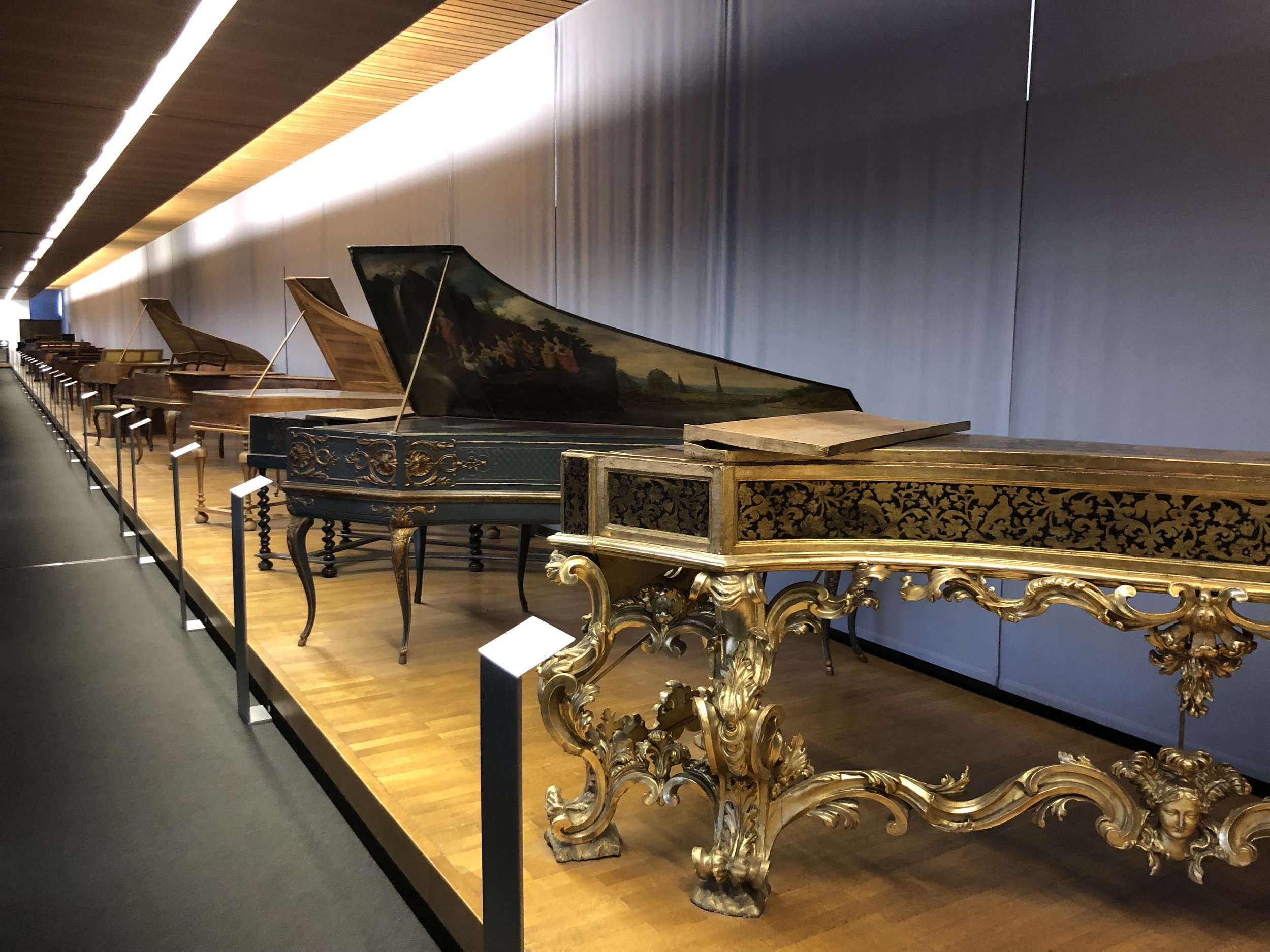 The history of the harpsichord to the modern piano in the German National Museum.