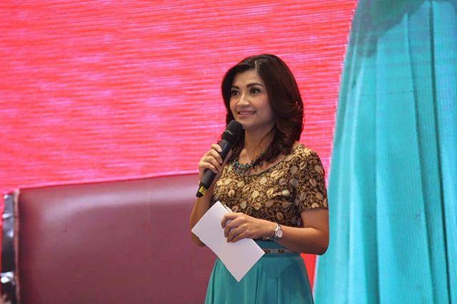Tina Talisa, pembawa acara  bincang-bincang dari 3 kementerian: Kementerian Kesehatan,  Kenterian  Desa, dan kementerian PUPR pada acara Stunting Summit, 28 Maret 2018.