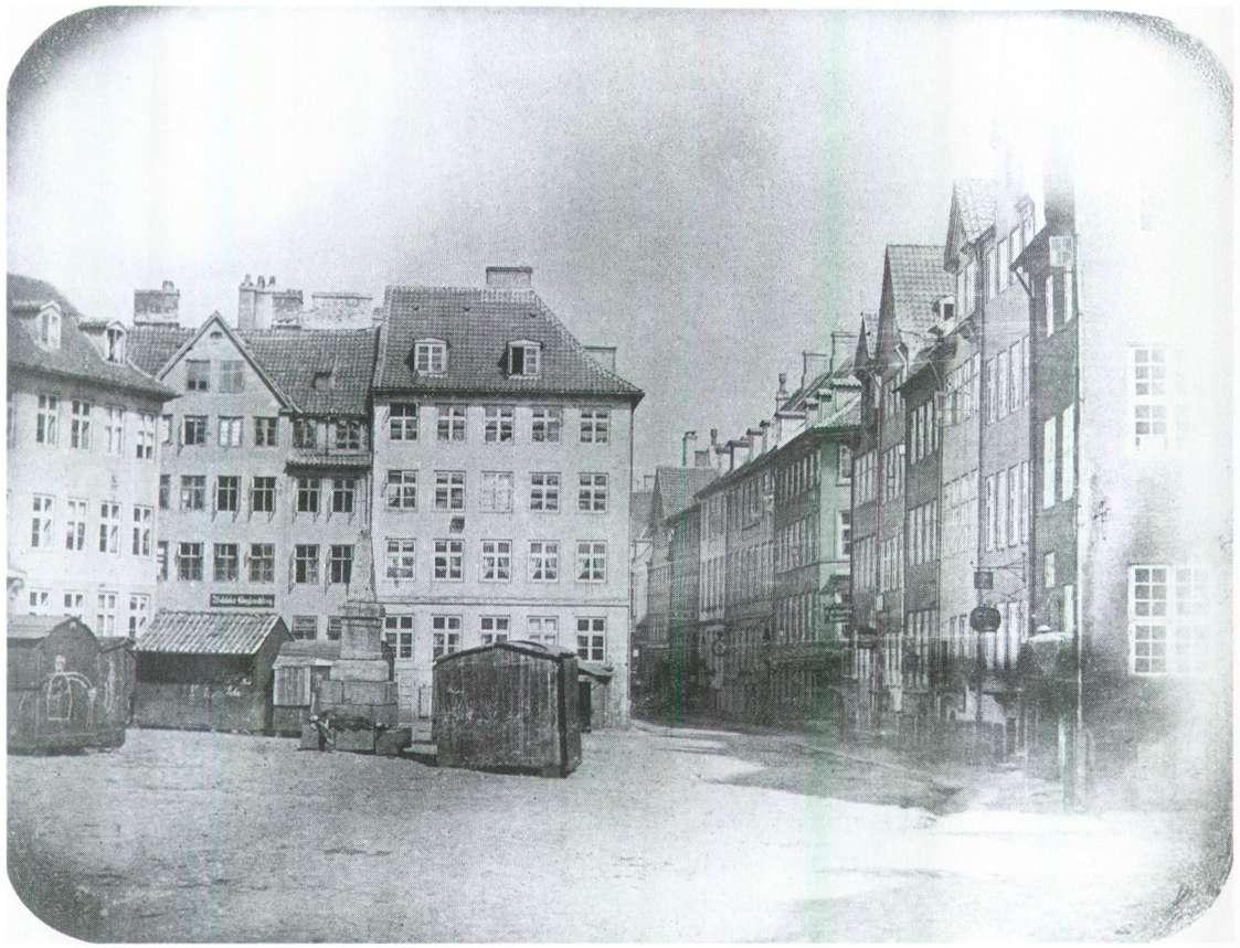 Københavns ældste fotografi taget af Peter Faber, der også er manden bag juleklassikeren Højt fra træets grønne top (1840 - Ulfeldts Plads, året inden skamstøtten blev taget ned og to år inden pladsen fik navnet Gråbrødretorv )