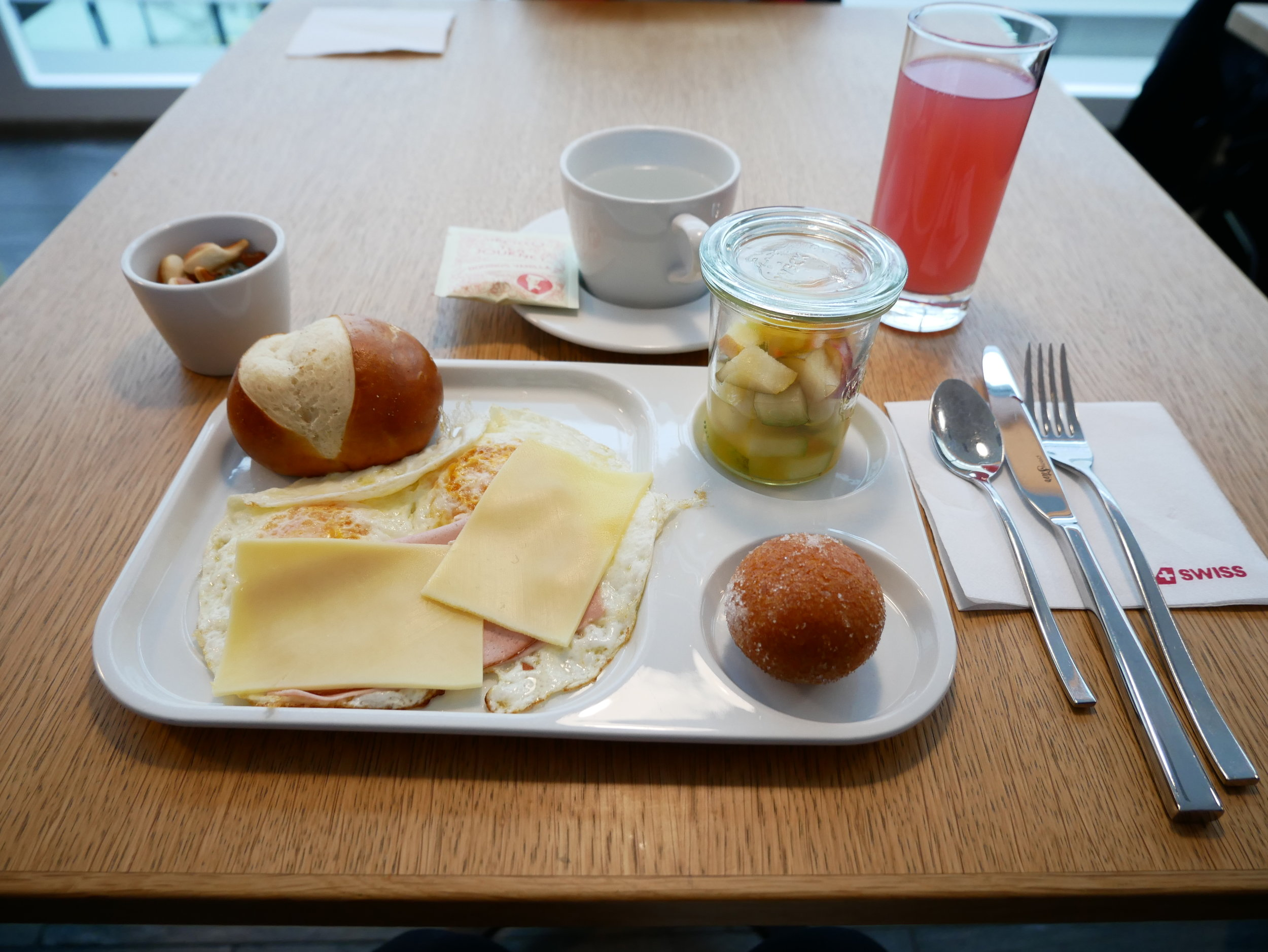 SWISS lounge E breakfast