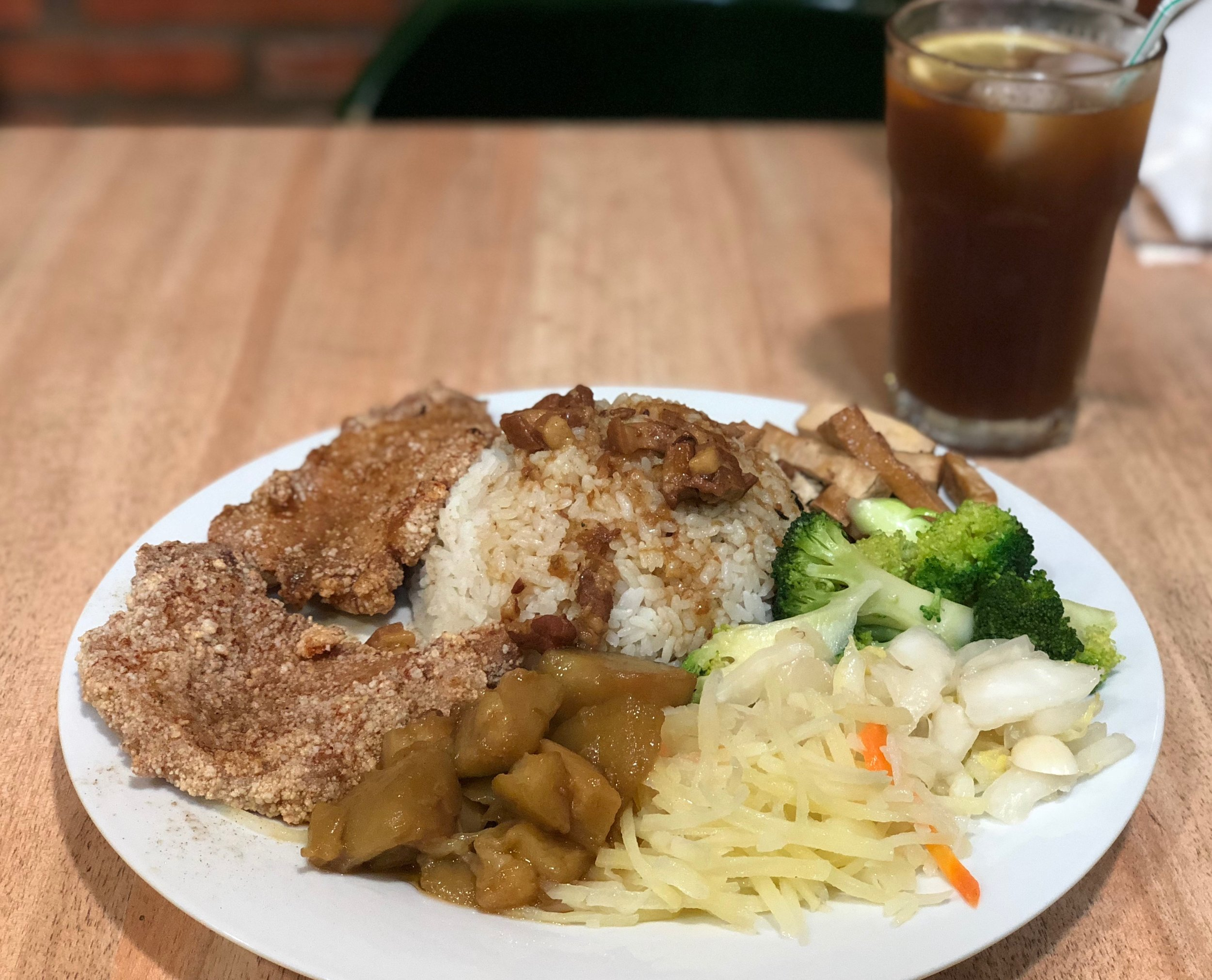 Taiwanese fried pork chop with lurou fan (雙味豬排便當, Bento de lomo estilo taiwanés (frito) con luróu), with homemade lemon iced tea in background
