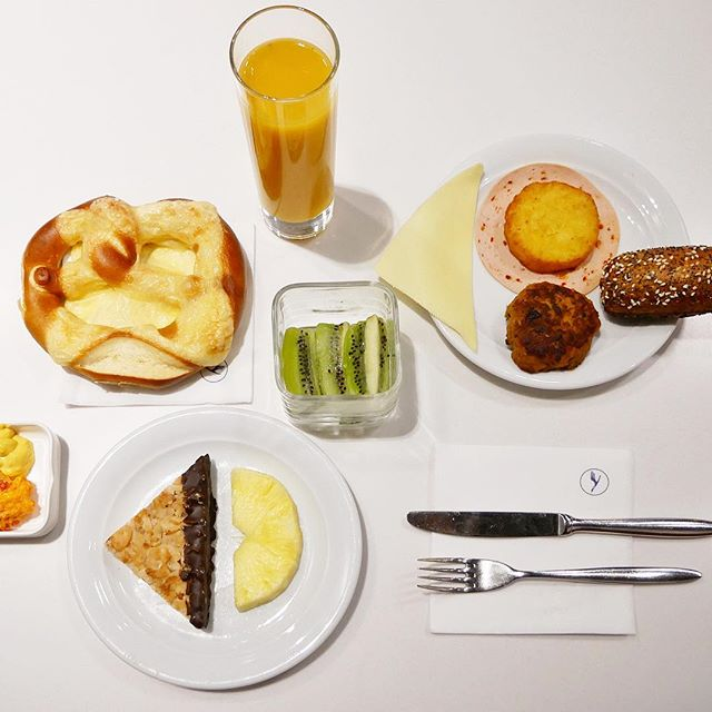 Geometric food 📐AND cheese pretzel 🥨 for breakfast?! Love flying Lufthansa! #germany🇩🇪 . . . . . #tbt #cheesepretzel #hashbrowns #pretzelroll #beestingbars #bienenstich #geometricfood #germanprecision #lufthansa #sayyestotheworld #staralliance #staralliancegold #senatorlounge #avgeek #loungefood #onmytable #eatingfortheinsta #cntraveler #bbctravel #epicurious #latergram