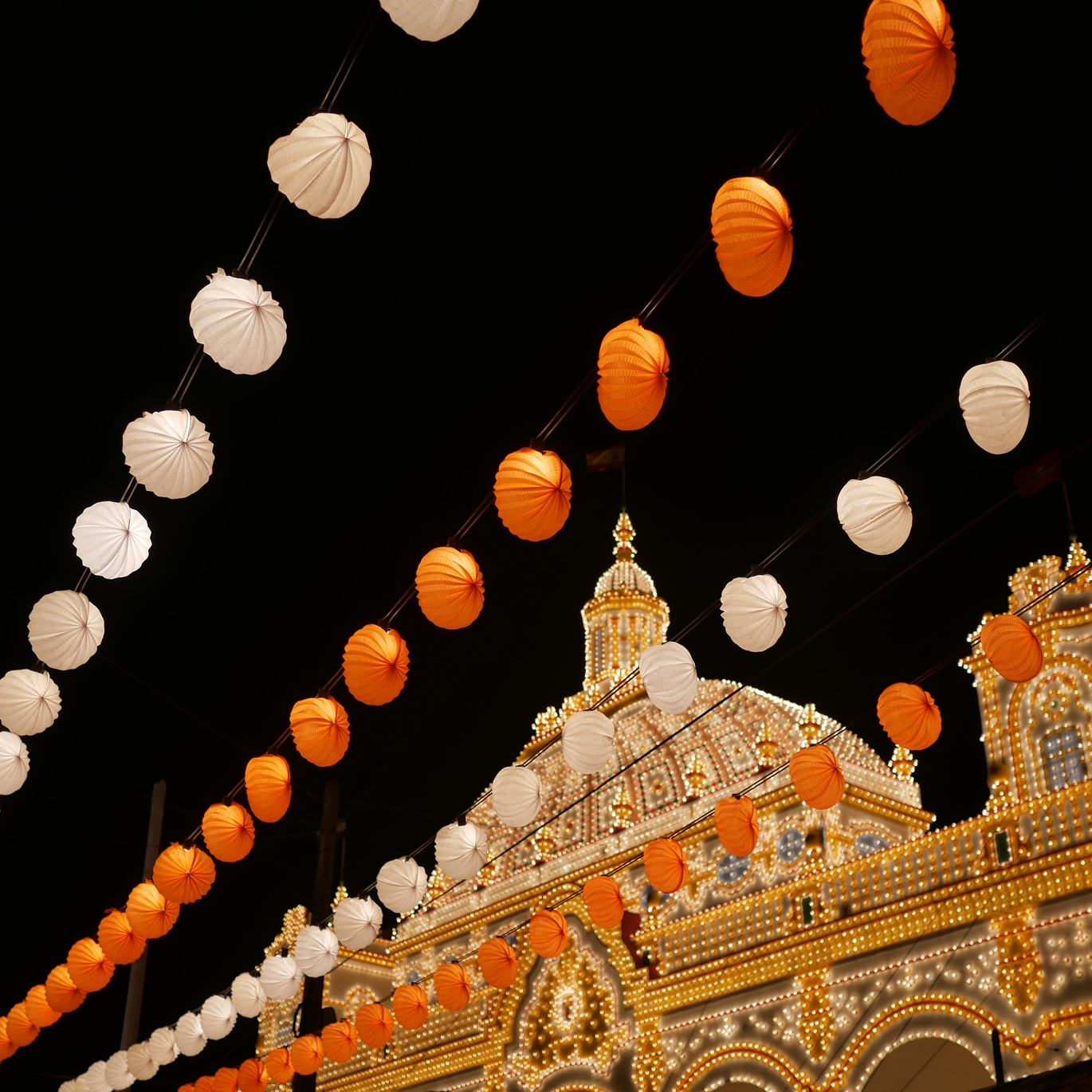Those orange and white lanterns really completed the festival atmosphere.