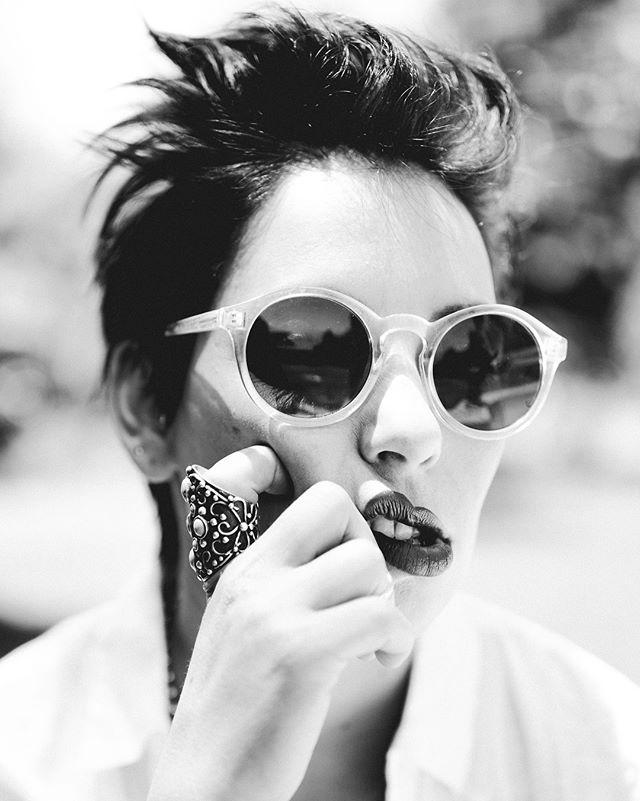 """Friends can be fun models and strangers can be familiar"" cuando jugamos a aprender a dirigir un poco con mi socia @cicirivarola @fuck.monday.chile 💄@claudiagarin_makeup  #inspiration #photography #blackandwhite #cool #sundayfunday #photo #fotografia #portrait #retrato"
