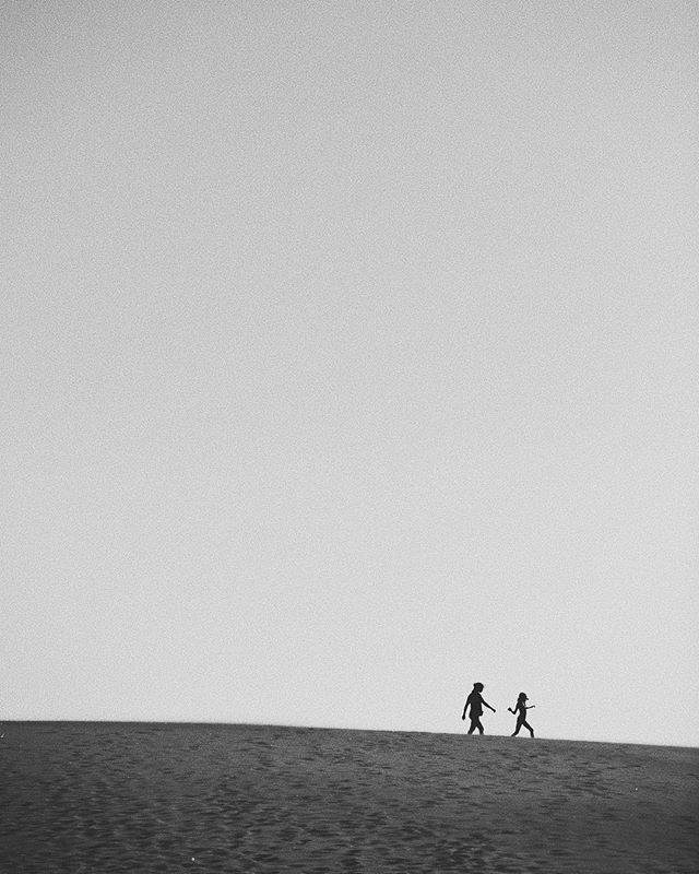 Don't forget to play #photography #blackandwithe #bn #blancoynegro #fotografia #art #creative #content #inspiration #dune #duna #motheranddaughter #beach #matanza #chile