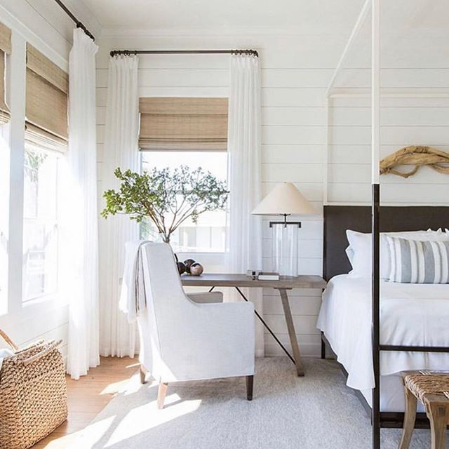 With lighter brighter days on the way, we are feeling all the feels for white crisp cottons in sun filled rooms☀️ #weekendvibes . . Design @marieflaniganinteriors
