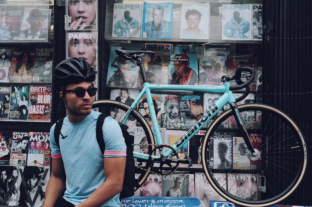 The Velo Barber: el peluquero ciclista de Nueva York - Esta es la historia de The Velo Barber. O, mejor dicho, de Julien Howard, el joven peluquero ciclista que se ha convertido en una celebridad en Nueva York e Internet. Estilo, exclusividad y, claro está, rapidez…