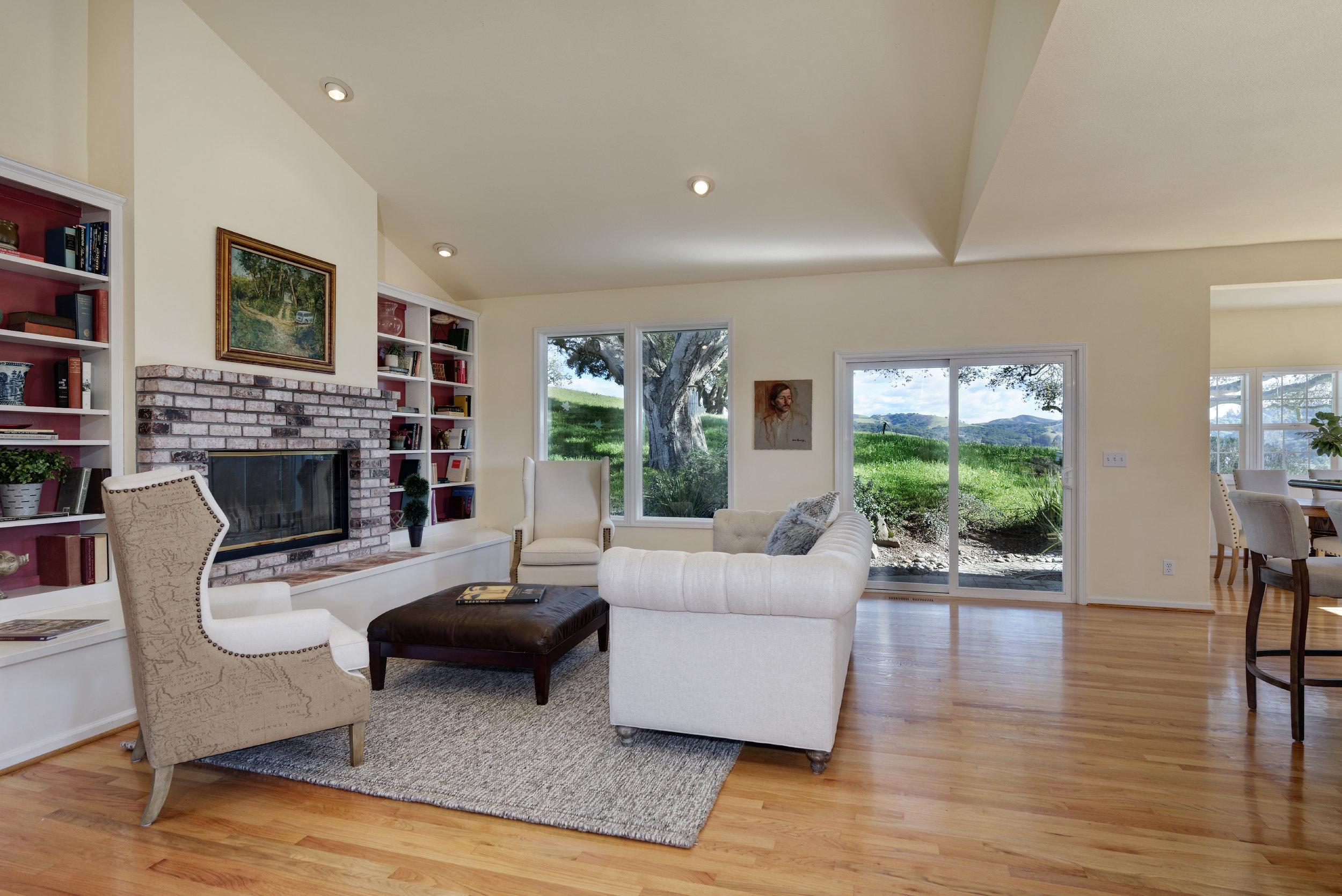 Living_706 Carpenteria R_Ducky Grabill Real Estate (1).jpg