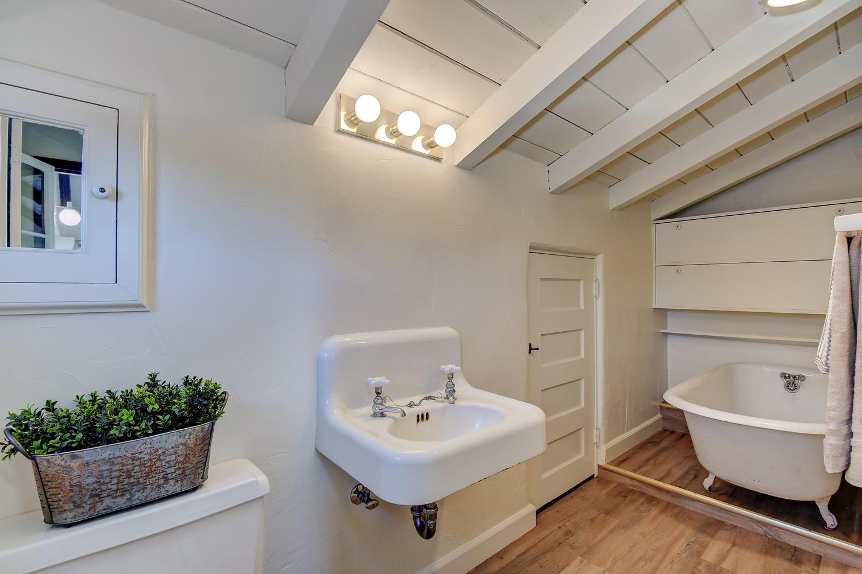 18790 Blythswood Dr Los Gatos-large-030-101-Upstairs Bathroom-1500x1000-72dpi.jpg