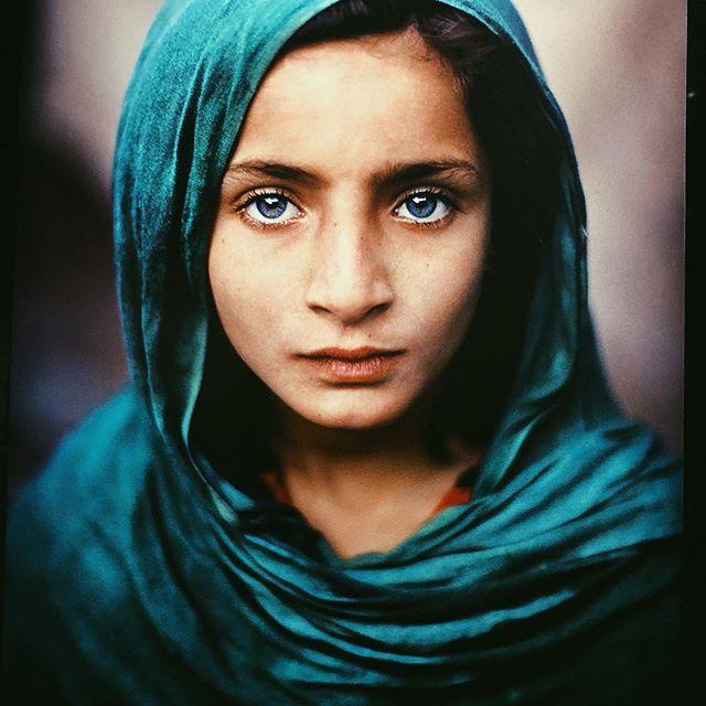 Émotion d'un regard. Expo Steve McCurry à la Sucrière. #human #humanandteaco