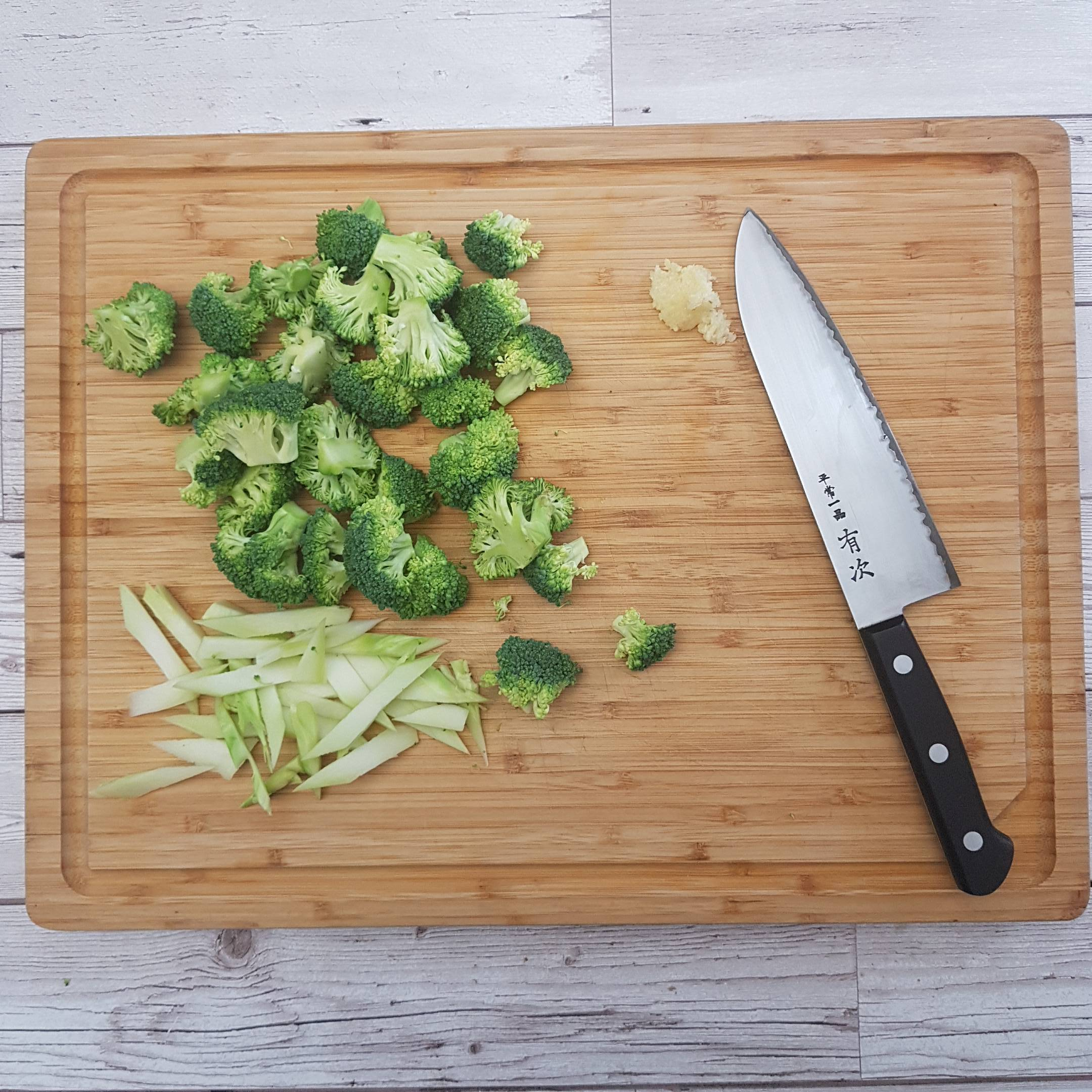 Prep the vegetables. Chop the broccoli into small florets, peel the stem and cut into thin batons. Mince two cloves of garlic.