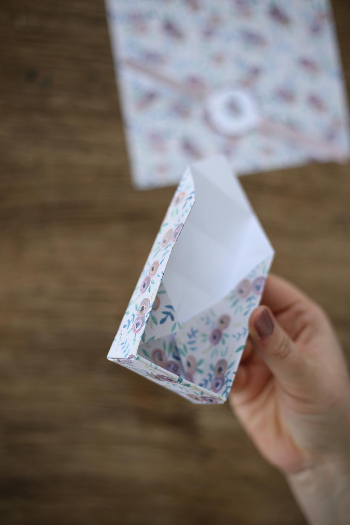 9. Det hörn som nu är över, viks in i asken och sticks under flikarna i botten.