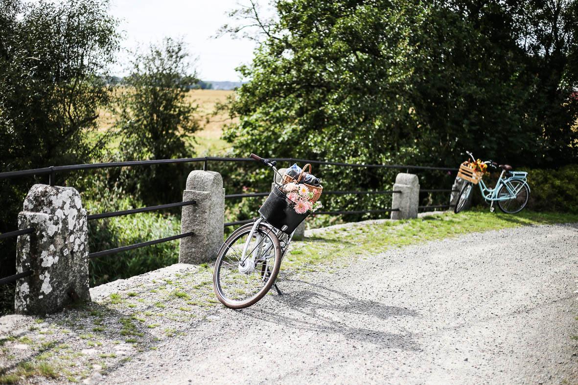 Ett cykelstopp vid pittoreska stenbron över Rolfsån.