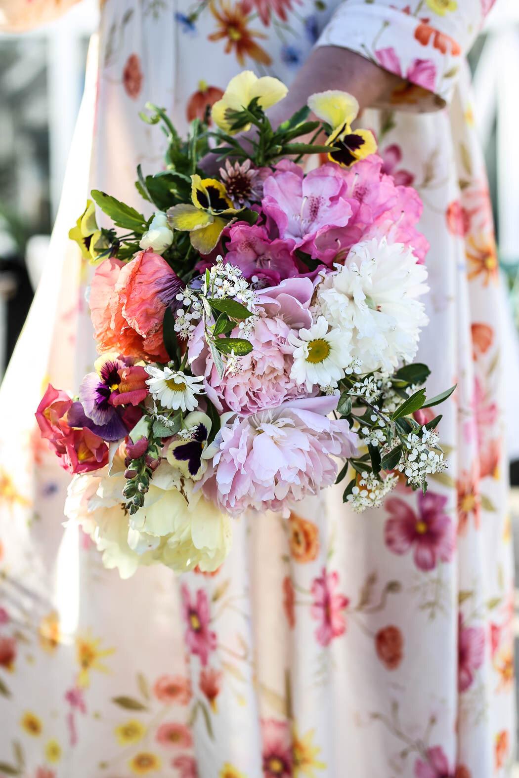 Junibukett med flera olika sorters pioner, hägg, rododendron, pensel, lejongap och penséer. Åh så ljuvligt!