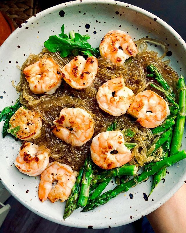 A rare glimpse of the only types of noods you will ever see me share. 🙆‍♀️ Silky, savory, sesame shrimp kelp noodles... with charred asparagus, peppery arugula, a little nutritional yeast, garlic and a pinch of freshly-ground black pepper on top. 🤤👌🌿 Came together in less than 15 minutes, and devoured in less than 5. Happy Wednesday Everyone! #hanmadebyhg