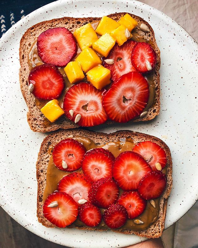 Let me tell you... the serious mess I made on my counter trying to assemble these strawberry-mango sourdough toasts was absolutely worth it. 🤤🍓🥭 Sticky? Yes. Bursting with ripe juiciness? Absolutely. Piled high on top of organic, silky-smooth @sunbutter for extra protein? Always. Am I making you salivate yet? Hopefully. 😏👌 Happy Friday Everyone! #hanmadebyhg #sunbutter