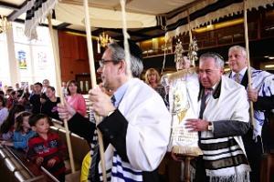 Members of Hendon Reform Synagogue welcome their Sobeslav Torah scroll in 2009.