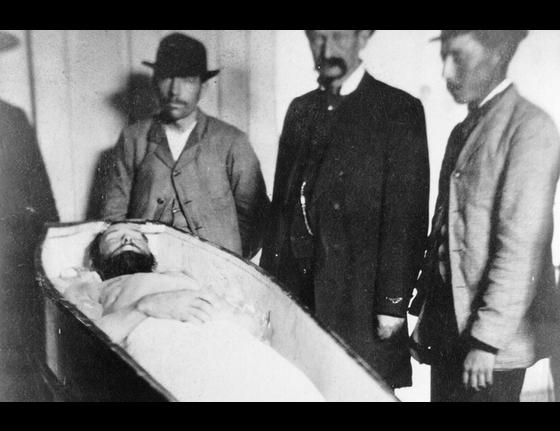 Jesse-James-in-casket-.jpg