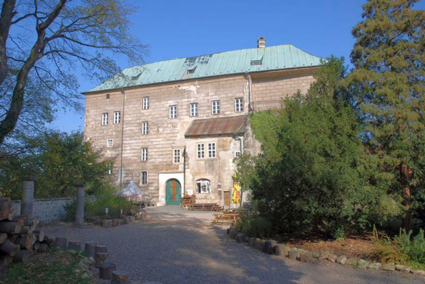 Wider shot of Houska Castle showing then front entrance.  Photo Credit by   Scary Side of Earth  on   flickr , used with  CC by 2.0  attribution.