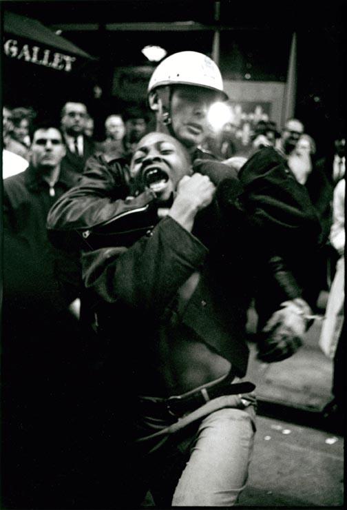 Arrest of Taylor Washington, Lebs Restaurant, Atlanta, 1963   © Danny Lyon / Courtesy of Edwynn Houk Gallery Zürich