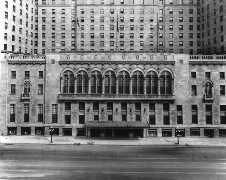 Front_of_Royal_York_Hotel.jpg