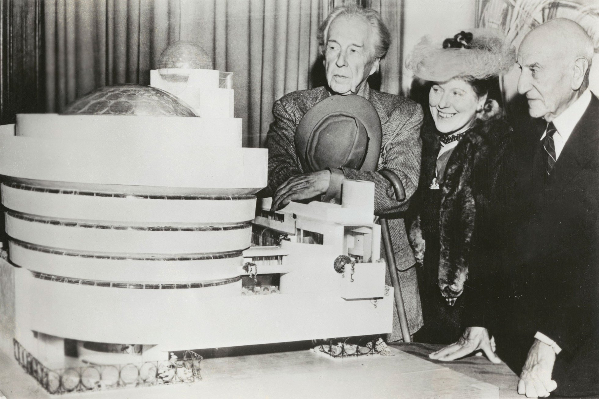 弗兰克·劳埃德·赖特, Hilla Rebay, and Solomon R. Guggenheim standing beside the 1945 model of the Guggenheim Museum. © SRGF Archives, New York. Photo: Margaret Carson