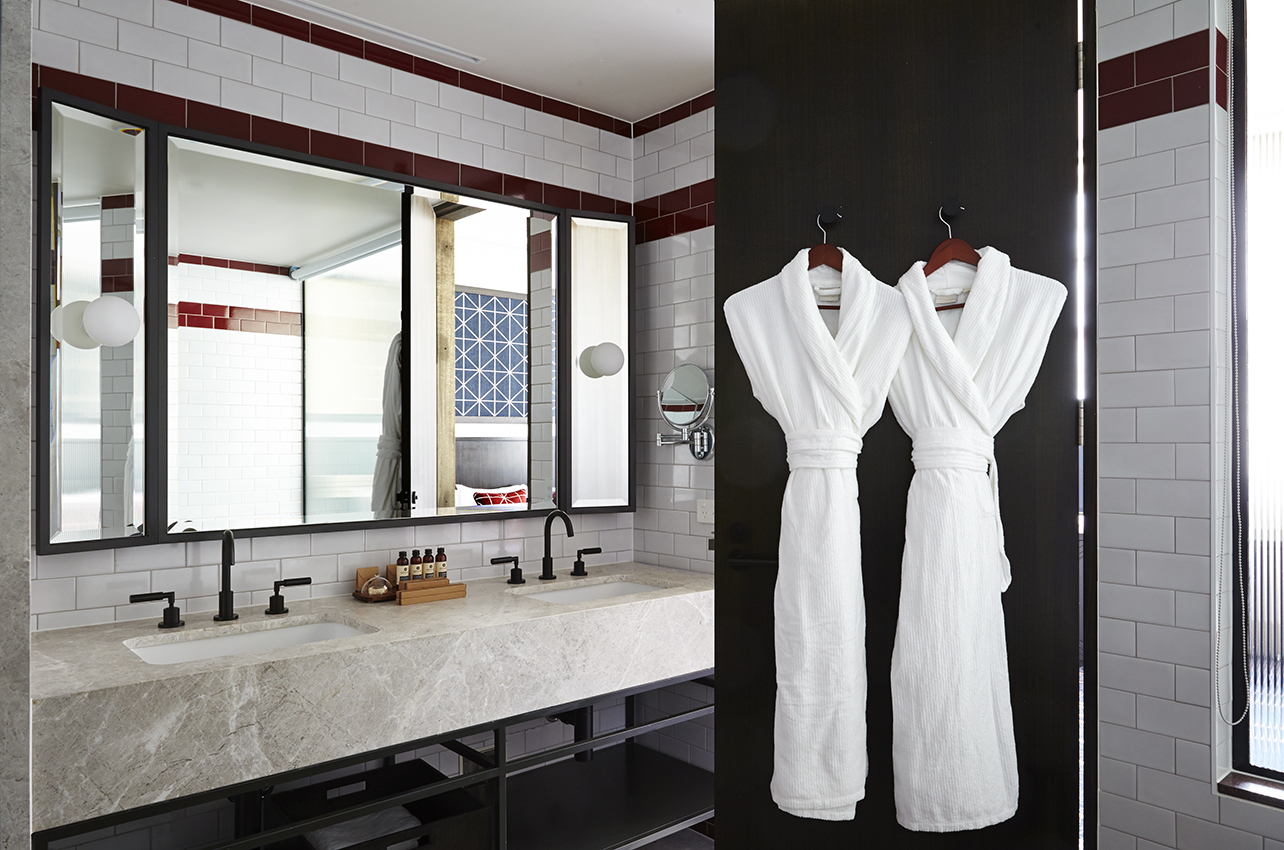 Deluxe Suite - Bathroom (1).jpg