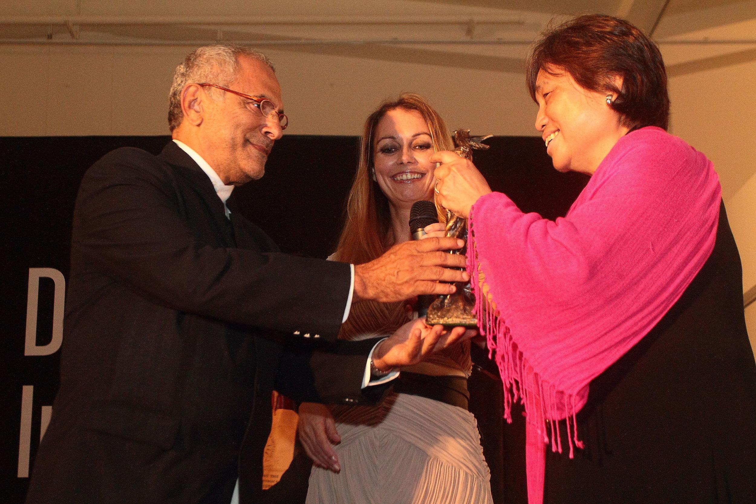 President Ramos-Horta receives a sculpture by local artist Seok Tin as a token of appreciation.
