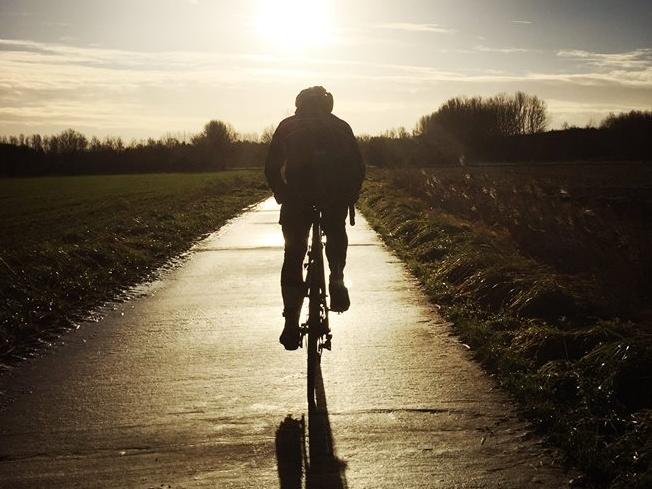 116 km - DE WAASLANDER - GROEPEN < 15Een tocht door het Waasland, langsheen de heuveltjes van Tielrode, gevormd door de Wase Cuesta, een natuurlijke asymmetrische heuvel. Bij helder weer zie je er het Atomium. Foto's