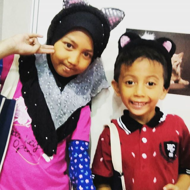 Kids having a cool cat time. Thanks for visiting us at Halfest 2017. #catagram #cat #kucing #halalcatshampoo #halal #lovehalal #petgrooming #meow #cats #catsofinstagram