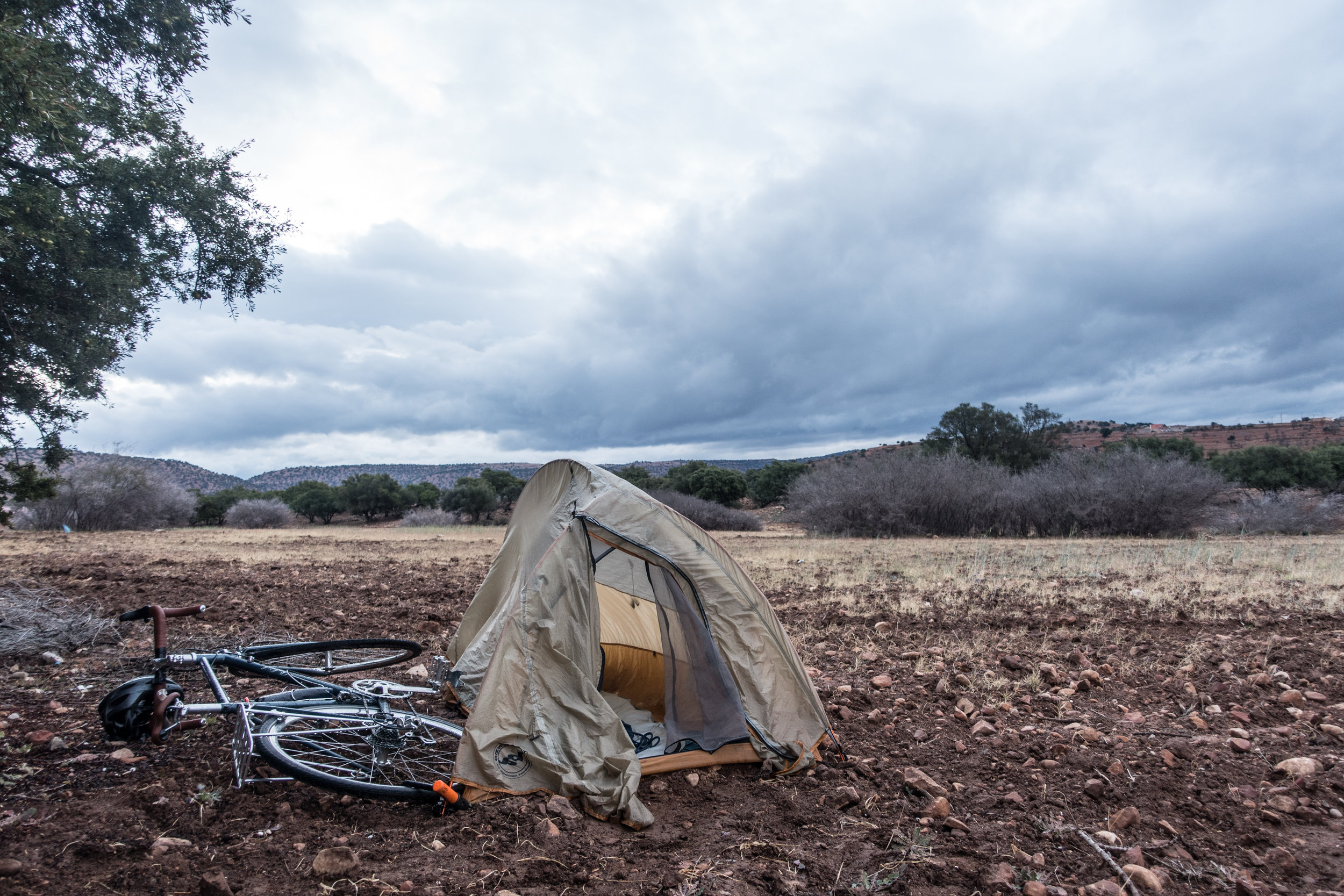 Wild camping on bumpy soil in the mountains for 0 dirham.