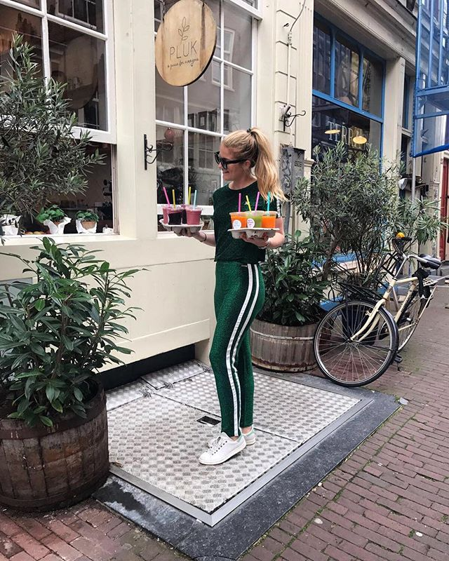 Early Morning Juice Run for the Pluk Girls🍓🌿🍀 tommorow is a big day for us! We are celebrating the opening and all the hard work of our second store💥🎈❤️ So many last things to do and this pluk energyboost Will be perfect💥💥 let's go Plukkers💟💫💫This Glitter suit is already making me feel so festive today and it's sooo comfy