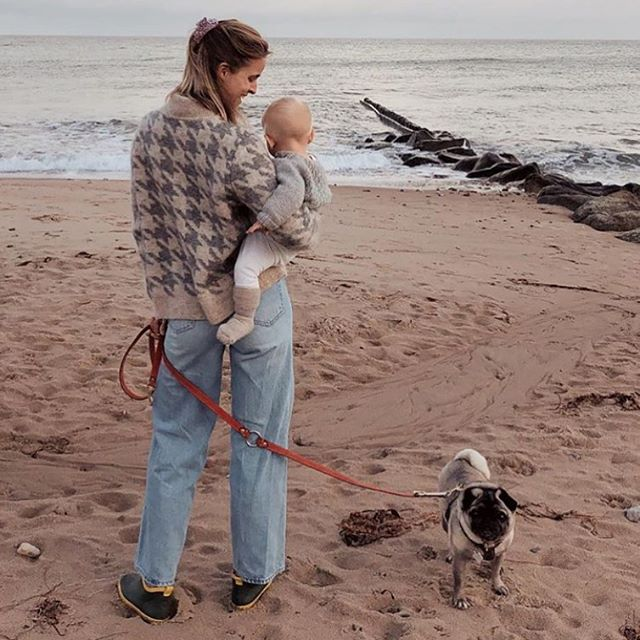 Sweetest l@rockpaperdresses crew on the beach with Kastellet Rose leash 👩🏼🐶👶🏼🐚🌊