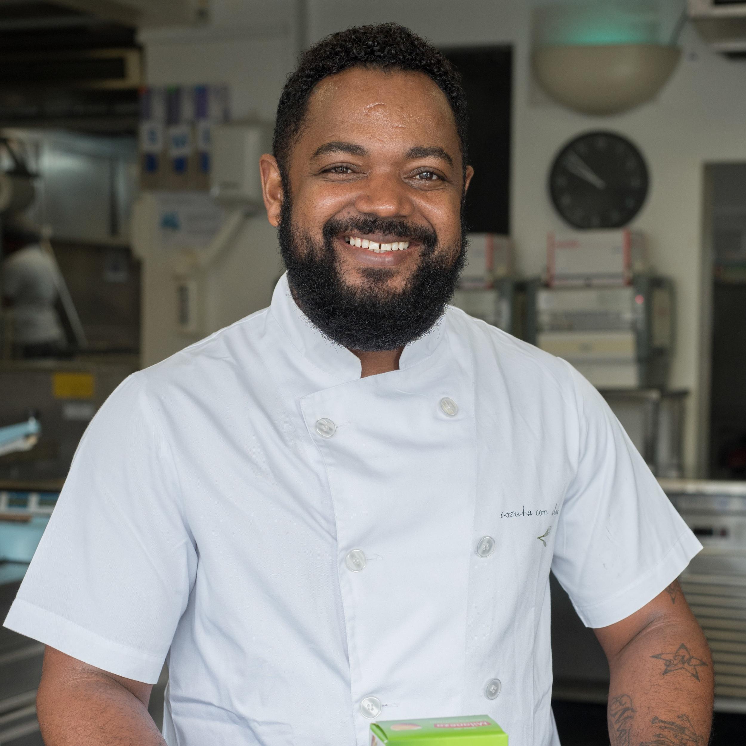 Adilson Tavares   O Adilson, nosso  Ajudante de Cozinha,  rapidamente se integrou na equipa e se destacou pela sua capacidade de trabalho.