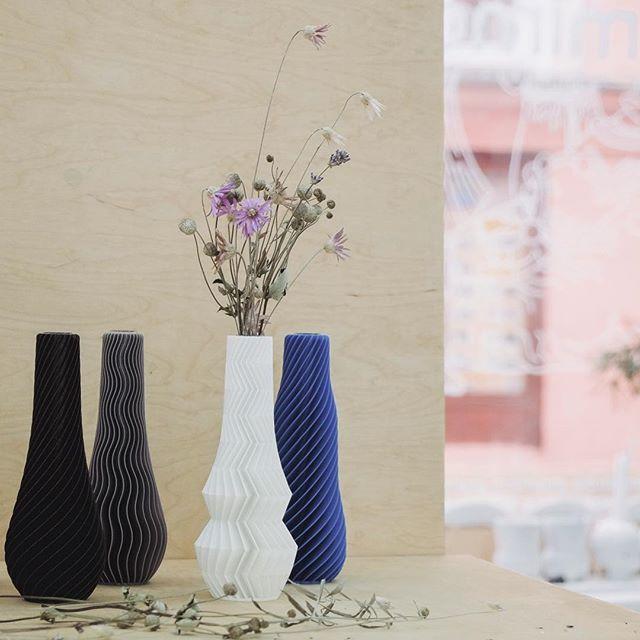 Další kousky od šikovných českých designérů! V atelieru+designshopu @mimokolektiv teď najdete i vázy od @martin_zampach. Nejen pro milovníky 3D tisku! #ztracena #olomouc #mimokolektiv #3dprinting #czech #products #original #design        Zastav se!