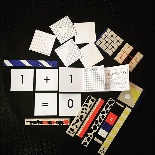 1+1=0, to je zítřejší téma workshopu, který jsme si připravili pro @zlindesignweek. Budeme společně od 10. hodiny dopoledne hledat naše měřítka ve Zlíně! Kolekce dřevěných pravítek je ve vývoji a vzniká pro firmu Metrie z Loštic! Navíc zítra uvidíte speciální edici grafik! #mocsetesime #zitra #zlin #mimokolektiv #atelier pro #zlindesignweek #workshop #becreative #1+1=0 #pravitko #design #ruller