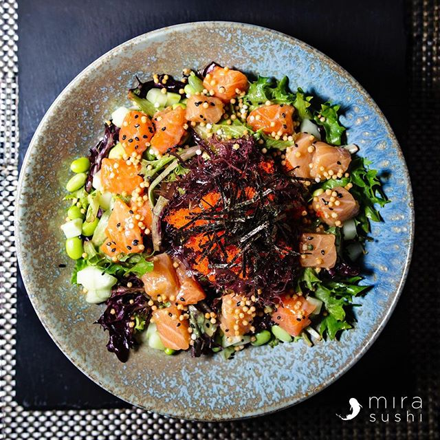 Salmon Poke Salad 🥗  Ogo seaweed, mixed greens, edamame, masago, cucumber, rice puff, kani, roasted sesame dressing. Come try it at Mira Sushi & Izakaya 🏮 . . . . #mirasushiflatiron❤️ #japanesenyc #flatironeats #cheatday #imhungry #salad