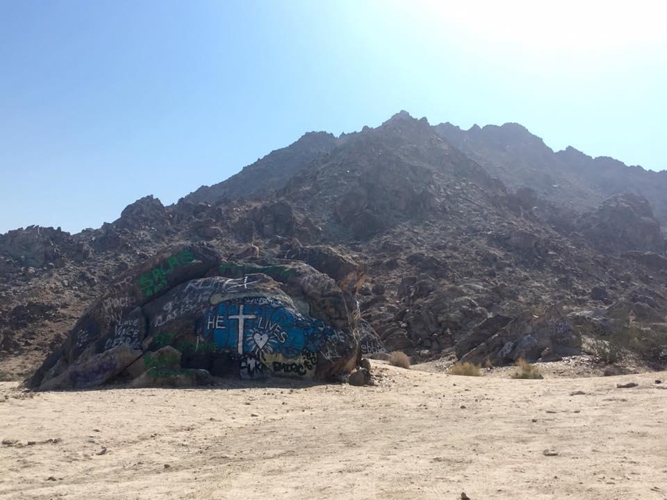 4 - Un murales su un pezzo di roccia inneggiante a Dio.