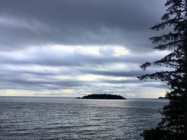 Arrivai quasi a destinazione, attraversando cascate, fiumi, laghi e monti, ma fui sorpresa e dispersa.  #westvancouver #vancouver #northvancouver #vancity #northshore #bc #westcoast #britishcolumbia #explorebc #vancouverbc #justlisted #ocean #canada #view #oceano #mar #sea #blue #horizon #beautiful #cloud #photooftheday #ic_water #ignaturale #natur #instagood #cloudporn #seascape #clouds
